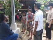 Petugas dari Opsnal Polsek Gianyar ketika mendatangi rumah anak yang diduga alami percobaan penculikan di Banjar Tegal, Desa Tulikup, Gianyar, Minggu (25/10/2020) kemarin - foto: Catur/Koranjuri.com
