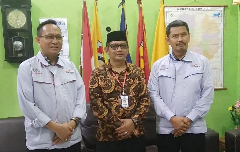 Kepala SMK YPT Purworejo, Toto Wibawa, S.Pd, M.Pd, (tengah), bersama Subhan Firdaus dan Windarto dari Nasmoco Magelang - foto: Sujono/Koranjuri.com