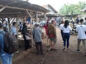Blusukan ke Pasar Wirotaman, Kutoarjo, Sabtu (31/10/2020) pagi, relawan Banyumili sosialisasikan Paslon Bayu (Agus Bastian-Yuli Hastuti) dengan bagi-bagi masker dan gambar - foto: Sujono/Koranjuri.com