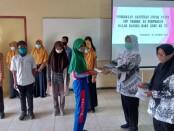 Pemberian santunan oleh Kepala SMP N 15 Purworejo, Dwi Retno Untari, SPd kepada siswa kurang mampu, pada peringatan Hari Guru tahun 2020, Rabu (25/11/2020) - foto: Sujono/Koranjuri.com