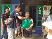 Anggota Paguyuban CB Purworejo saat menyalurkan bantuan kepada para korban tanah longsor di Desa Kalijering, Pituruh, Minggu (01/11/2020) - foto: Sujono/Koranjuri.com
