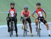 Pebalap asal Solo, Jawa Tengah, Annisa Destein Cindyqiawati (kiri) ikut mendukung kampanye '1.000 Km Bali Pulih' etape Semarang-Tuban - foto: Koranjuri.com