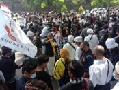Aksi massa saat menyampaikan pendapat terhadap statemen Anggota DPD RI, Gusti Ngurah Arya Wedakarna (AWK) yang dinilai kontroversial pada Selasa, 3 November 2020 - foto: Istimewa