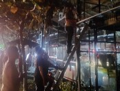 Petugas Pemadam Kebakaran Kabupaten Gianyar tengah memadamkan api di Omah Gelato, Jalan Raya Tebongkang Desa Singakerta, Ubud, Sabtu (14/11) malam - foto: Catur/Koranjuri.com
