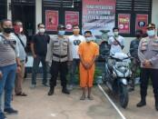 Pelaku pencurian I Putu Sudiana (34) saat diamankan di Mapolsek Blahbatuh - foto: Catur/Koranjuri.com