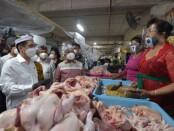 Menteri Perdagangan Agus Suparmanto meninjau kegiatan Sekolah Pasar dan harga barang kebutuhan pokok (bapok) di Pasar Badung, Denpasar, Bali, Kamis (26/11/2020) - foto: Totok Waluyo/Koranjuri.com