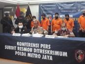 Subdit 3 Resmob Dit Reskrimum Polda Metro Jaya mengekspos kasus pembunuhan berencana dan kasis Curat/Curas, serta penipuan pada Jumat, 27 November 2020 - foto: Bob/Koranjuri.com