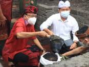 Gubernur Bali Wayan Koster melakukan peletakan batu pertama Pekerjaan Pengendalian/Normalisasi Tukad Unda di Desa Tangkas, Kecamatan Klungkung tepat pada Purnama Keenam, Coma, Kliwon, Uye, Senin (30/11/2020) - foto: Istimewa