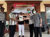 Penyerahan bantuan 24 ton disinfektan dari Persekutuan Gereja-gereja se Kecamatan Kutoarjo kepada masyarakat, Sabtu (19/12/2020) - foto: Sujono/Koranjuri.com