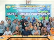 Keluarga besar Akper Pemkab Purworejo berfoto bersama, usai Assesmen Lapangan Daring dalam rangka akreditasi - foto: Sujono/Koranjuri.com