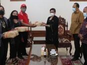 Ketua TP PKK Bali Putri Suastini Koster menerima bantuan dari SRC Sampoerna kepada Relawan Covid-19 bertempat di kediaman resmi Kantor Gubernur Bali, Jayasabha, Denpasar, Senin (28/12/2020) - foto: Istimewa