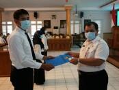 Sekda Kabupaten Purworejo, Drs Said Romadhon saat menyerahkan SK pengangkatan CPNS di Ruang Arahiwang Setda Purworejo, Rabu (30/12/2020) - foto:  Sujono/Koranjuri.com