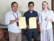 Direktur Akper Pemkab Purworejo, Wahidin, S.Kep, Ns, M.Kes, bersama  Mr Yono dari Englishopedia dan Mrs Paulina, sukarelawan dari Rusia, usai penandatanganan MoU - foto: Sujono/Koranjuri.com