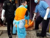 Petugas mengevakuasi mayat korban - foto: Sujono/Koranjuri.com