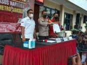 Kapolres Metro Jakarta Selatan Kombes Budi Sartono menjelaskan kronologi penangkapan artis Iyut Bing Slamet dalam kasus narkoba - foto: Bob/Koranjuri.com