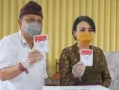 Walikota Denpasar IB Rai Dharma Wijaya Mantra bersama istri Selly Mantra melakukan pemungutan suara  di TPS 17, Desa Sumerta Klod yang berlokasi di SMK PGRI 3 Denpasar, Jalan Drupadi Denpasar - foto: Istimewa