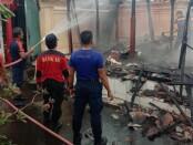 Petugas Pemadam Kebakaran Kabupaten Gianyar saat melakukan proses pemadaman api yang membakar bangunan bale dangin milik salah seorang warga di Banjar Pande Sidan, Kamis (10/12) - foto: foto: Catur/Koranjuri.com