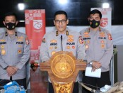 Kadiv Humas Polri Irjen Argo Yuwono memberikan keterangan pers terkait penangkapan buronan kelas kakap kelompok terorisme Jamaah Islamiyah (JI) yakni Taufik Bulaga alias Upik Lawanga di Lampung dan Zulkarnain alias Arif Sunarso, Jumat, 18 Desember 2020 - foto: Istimewa
