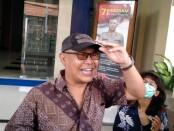 Salah satu pelapor Dewa Nyoman Rai di Polda Bali melaporkan dua akun facebook yang memposting dugaan penghinaan dan pencemaran nama baik terhadap Gubernur Bali Wayan Koster - foto: Istimewa