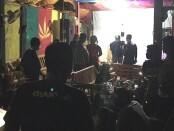 Petugas gabungan saat melakukan sidak kafe di Desa Mas, Kecamatan Ubud, Gianyar, Sabtu (19/12/2020) malam - foto: Catur/Koranjuri.com