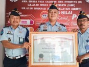 Karutan Purworejo Lukman Agung Widodo dengan penghargaan WBK dari KemenpanRB - foto: Sujono/Koranjuri.com