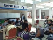 Penumpang di Bandara Ngurah Rai melakukan rapid test Antigen, Senin, 21 Desember 2020 - foto: Koranjuri.com