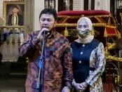 Sudarso, SH, Kajari Purworejo yang baru bersama istri - foto: Sujono/Koranjuri.com