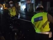 Anggota Satlantas Polres Gianyar tengah melakukan olah TKP lakalantas di Jalan Raya Batubulan, Kecamatan Sukawati, Gianyar - foto: Catur/Koranjuri.com