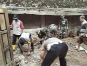 Jajaran Polsek Bayan, bekerja sama dengan Koramil Bayan dan warga Pogungjurutengah, saat melakukan kerja bakti bergotong royong memperbaiki rumah Siti Yubaydah, Selasa (19/01/2021) - foto: Sujono/Koranjuri.com