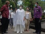 Ketua Dekranasda Bali Putri Suastini Koster dengan gaun rancangan Body and Mind Boutique - foto: Koranjuri.com