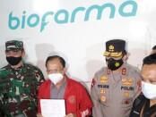 Gubernur Bali Wayan Koster memberikan keterangan ketika menerima vaksin sinovac di Dinas Kesehatan Provinsi Bali, Selasa (5/1/2021) dini hari - foto: Istimewa