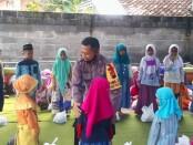 Bekerjasama dengan Yayasan Umi Kulsum pimpinan Hasan Tolabi, Polsek Gebang mengadakan kegiatan perpolisian masyarakat (Polmas), dengan memberikan pembinaan terhadap anak, sebagai bentuk kemitraan antara polisi dengan masyarakat - foto: Sujono/Koranjuri.com