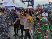 Kapolda Metro Jaya Irjen Fadil Imran meninjau posko utama pencarian pesawat Sriwijaya Air di Jakarta International Container Terminal (JICT) 2 Pelabuhan Tanjung Priok - foto: Istimewa