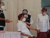Gubernur Bali Wayan Koster pertama yang menerima vaksin covid-19 di Rumah Sakit Bali Mandara, Kamis, 14 Januari 2021 - foto: Istimewa
