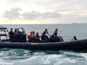 Tim penyelam SAR Satbrimob dan Ditpolairud Polda Metro Jaya melalukan pencarian puing-puing pesawat Sriwijaya Air SJ-182 yang jatuh di sekitar Pulau Laki, Kepulauan Seribu - foto: Istimewa
