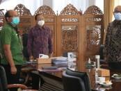 Gubernur Bali Wayan Koster mengikuti penandatanganan 982 paket kontrak tender/seleksi dini Kementerian PUPR secara daring di Ruang Video Conference (Vidcon) Rumah Jabatan Gubernur Bali, Jayasabha, Denpasar, Jumat (15/1/2021) - foto: Istimewa