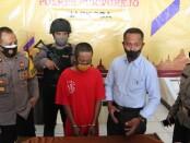 Edarkan pil Heximer, AT, warga Karangduwur, Kemiri, diamankan Satreskoba Polres Purworejo dengan sejumlah barang bukti - foto: Sujono/Koranjuri.com