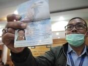 Petugas Kantor Wilayah Hukum dan HAM Provinsi Bali menunjukkan paspor Kristen Antoinette Gray, Selasa, 19 Januari 2021 - foto: Koranjuri.com