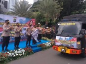 Polda Metro Jaya  Jakarta memberangkatkan bantuan sosial kepada korban bencana alam gempa di Sulawesi Barat dan banjir di Kalimantan Selatan, Jumat, 22 Januari 2021 - foto: Bob/Koranjuri.com