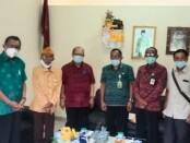 Kadis Sosial Bangli, I Wayan Karmawan bersama dengan Ketua Macab LVRI Kabupaten Bangli, AA Gde Bagus Ardana, saat berkunjung ke Stispol Wira Bhakti dan diterima langsung Ketua Stispol Wira Bhakti, Prof. Dr. Wayan Windia bersama jajarannya - foto: Istimewa