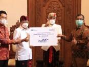 Gubernur Bali Wayan Koster menerima bantuan corporate social responsibility (CSR) sebesar Rp 1 miliar dari PT Bank Mandiri (Persero) Tbk Regional XI Bali & Nusa Tenggara. Bantuan diserahkan secara simbolis oleh Deputy Operation Regional Bali & Nusa Tenggara, Balutan Purba - foto: Istimewa