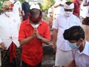 Gubernur Bali Wayan Koster melakukan peletakan batu pertama pembangunan gedung Majelis Desa Adat (MDA) Kabupaten Badung - foto: Istimewa