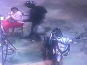 Dalam rekaman CCTV, pelaku perampokan di SPBU 54.801.51 Pelabuhan Benoa terlihat membawa sajam jenis pedang dan merampas uang yang dibawa petugas pompa bensin, Kamis, 28 Januari 2021 - foto: screenshot