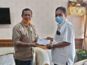 Ketua Serikat Media Siber Indonesia (SMSI) Emanuel Dewata Oja (Edo) bersama Kabag Humas Pemkot Denpasar Dewa Rai - foto: Istimewa