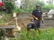 Keterangan foto: Aktifitas relawan bersih bersih kuburan /foto: istimewa