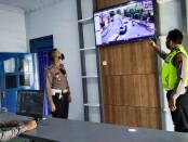 Kasatlantas Polres Purworejo AKP Lelono Windi Bramantyo, saat berada di ruang kendali ETLE - foto: Sujono/Koranjuri.com