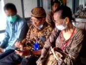 RM. Gunadi Joko Pikukuh (Koordinator Tim Ahli Waris Sriwedari) saat mendampingi keluarga ahli waris - foto: Istimewa