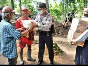 Jajaran Polsek Kutoarjo saat memberikan bantuan kepada Legiman (60), warga RT 1 RW 1, Kelurahan Semawung Kembaran, Kecamatan Kutoarjo, Purworejo yang sempat viral karena tinggal di reruntuhan gubug, Minggu (07/02/2021) - foto: Sujono/Koranjuri.com