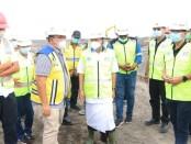 Gubernur Bali Wayan Koster melihat langsung pengerjaan normalisasi Tukad Unda dengan menggunakan alat berat ekskavator - foto: Istimewa