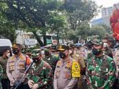 Kapolda Metro Jaya Irjen Pol Fadil Imran bersama Pangdam Jaya Mayjen TNI Dudung Abdurachman beserta rombongan mengunjungi wilayah di Jakarta Barat, Selasa, 2 Februari 2021 - foto: Istimewa